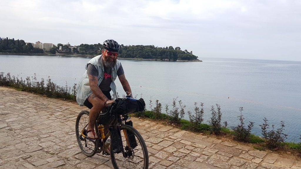 ragazzo che va in bici vicino al lago