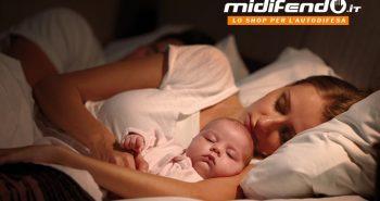 mamma dorme abbracciata ad un neonato per difendersi in casa